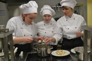Kokaõpilased Laura ja Kristin ning õppejõud Maire Vesingi